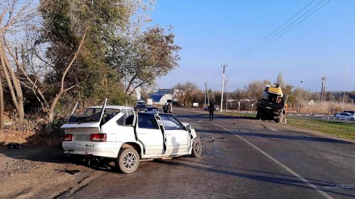 На встречке врезался в автокран: на юге Волгограда полиция и МЧС устраняют последствия тройного ДТП