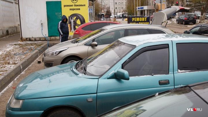 Разбила стекло и зеркало: пылкая волгоградка запинала ногами машину своего мужчины