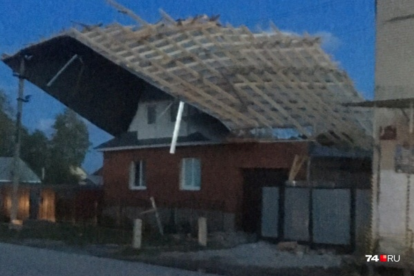 В Варне ветер сорвал крышу универмага и сбросил её на коттедж