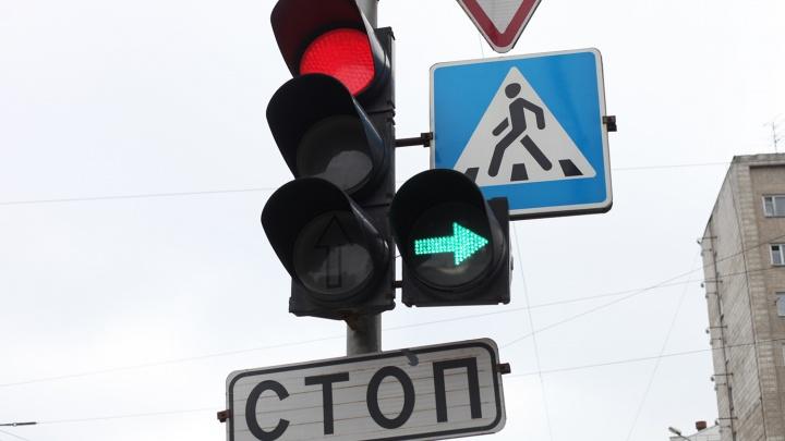Из-за грозы на перекрёстке в центре Новосибирска сломались светофоры