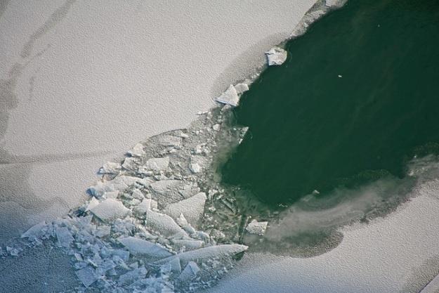 На озере в Барабинском районе со снегохода упали двое мужчин — один из них провалился под лёд и утонул, другому удалось спастись