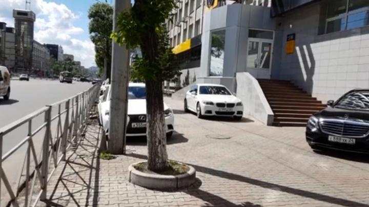 Владельцы дорогих авто устроили парковку на тротуаре на Карла Маркса
