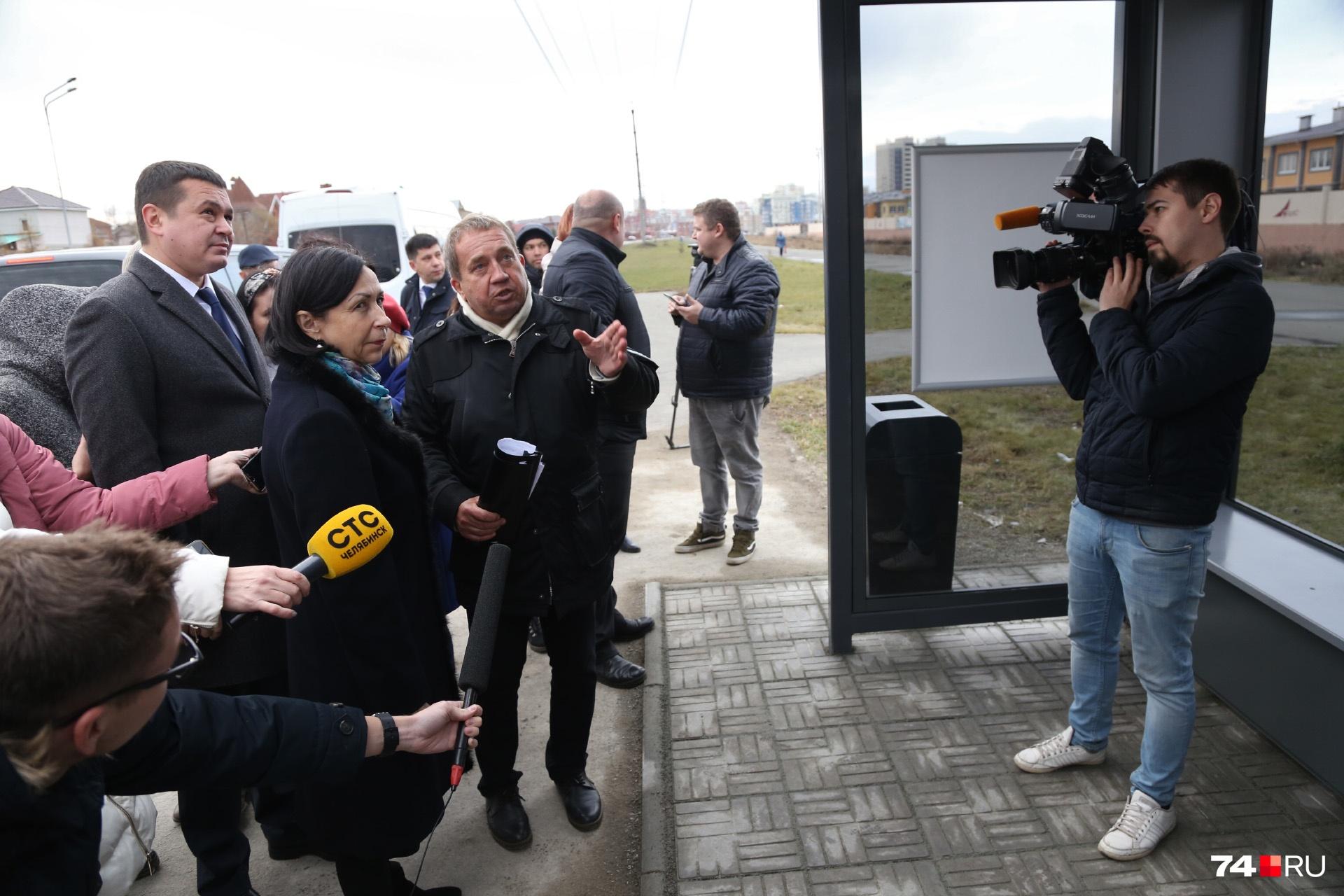 Пока ажиотажа на остановке возле Благодатово нет, журналистов здесь больше, чем пассажиров