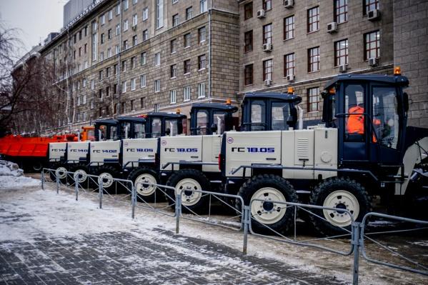 Власти приготовили к зиме 600 единиц спецтехники. На фото — снегоуборочная техника на улице Депутатской у мэрии Новосибирска
