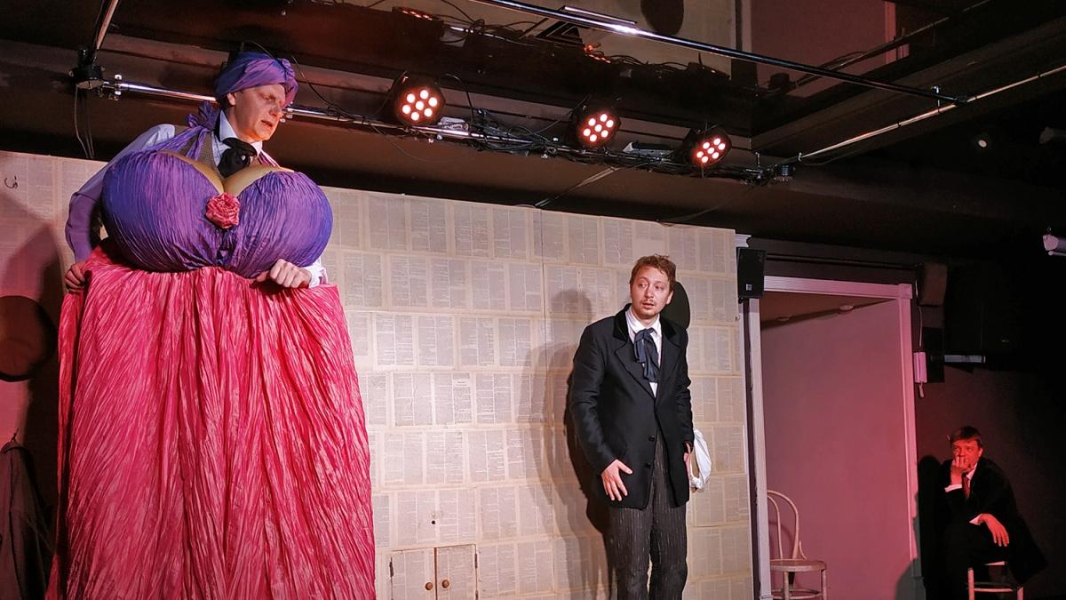 В театральном кафе «Красного факела» поставили спектакль «Сентиментальная повесть» по фельетону Михаила Зощенко «Коза»