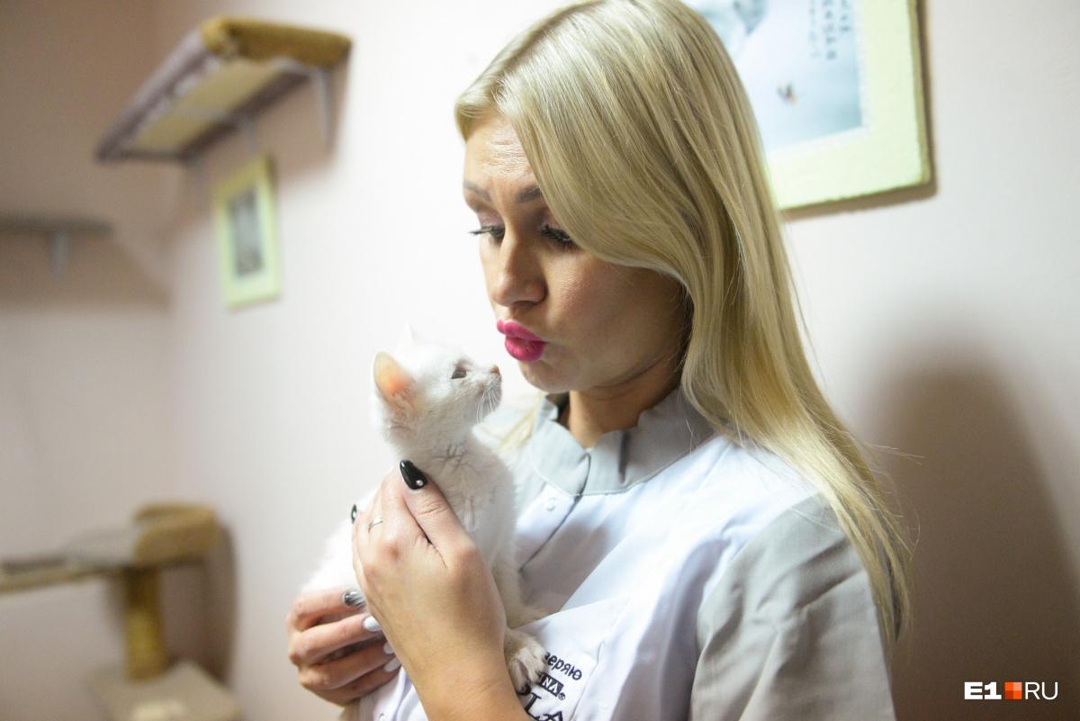 Лена приходит к брошенным котикам уже три года
