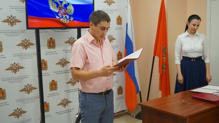 Впервые в крае иностранцы получали гражданство через клятву. Блиц-опрос для новых граждан