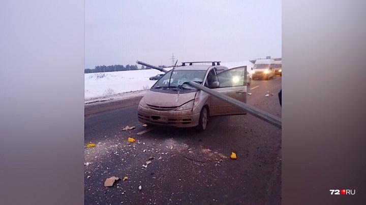 Столб пронзил стекло насквозь: на тюменской трассе пьяный водитель Chevrolet устроил массовое ДТП