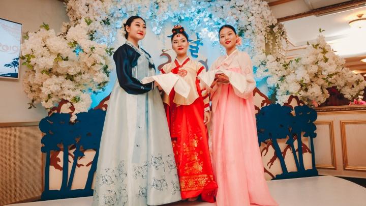 «Миллион алых роз» на корейском: 13 ярких фото о том, как в Тюмени встречали восточный Новый год