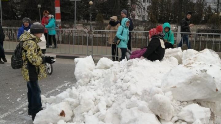 Шаг влево, шаг вправо — асфальт: в Дзержинск для детской горки завезли... снег