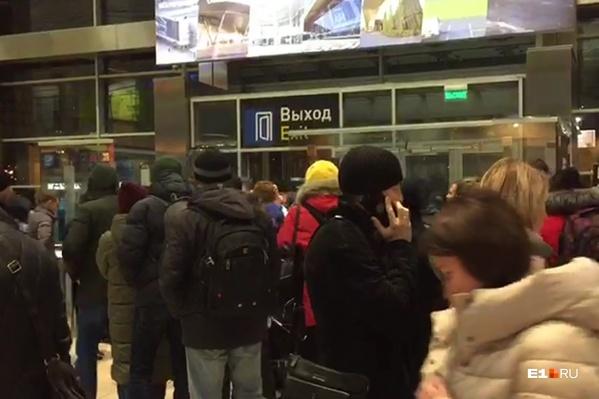По словам пассажиров, в аэропорт поступил звонок о минировании