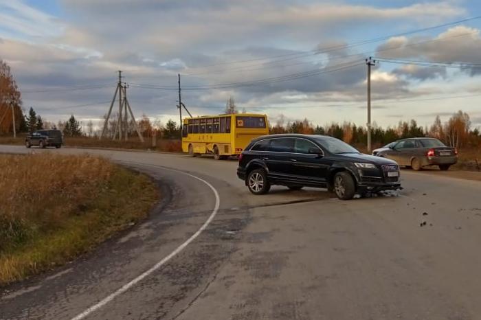 Иномарка врезалась в школьный автобус