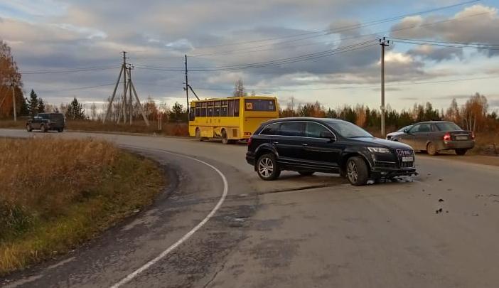На свердловской трассеAudi Q7 врезалась в школьный автобус с детьми