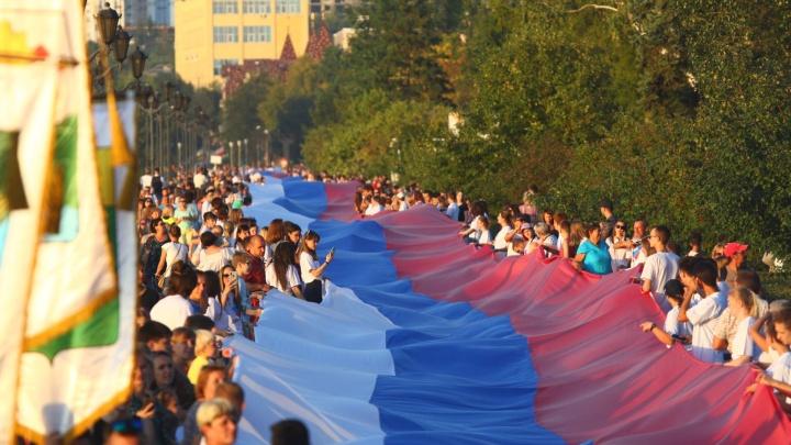 Под флагом и рядом с флагом: на набережной растянули километровый триколор