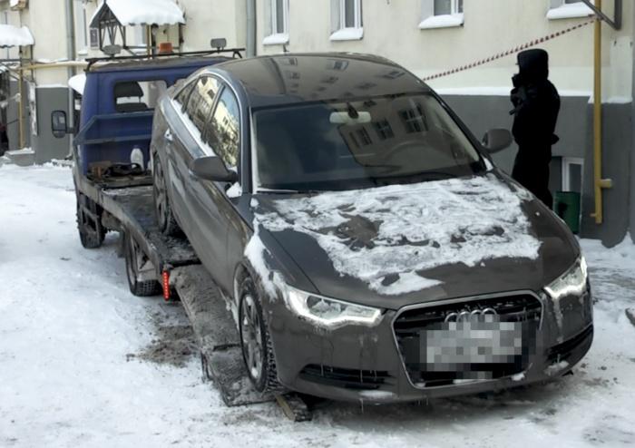Приставам пришлось вызвать группу быстрого реагирования, и только после этого должник согласился погрузить Audi на эвакуатор