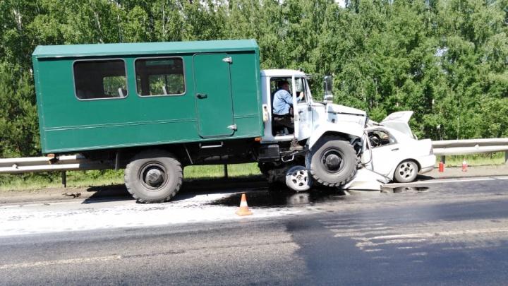 Заснувший водитель грузовика раздавил «Тойоту» на трассе: две женщины и их дети погибли