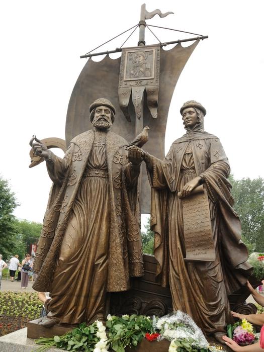 Памятник Петру и Февронии стоит в Екатеринбурге возле Храма на Крови