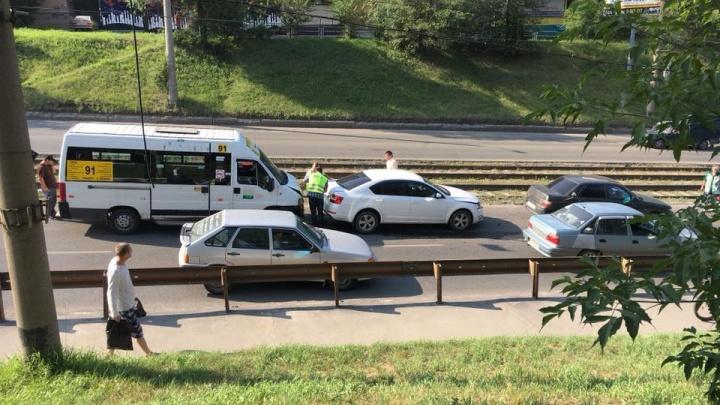 «Это страйк!»: на проспекте Победы маршрутка попала в ДТП с четырьмя машинами