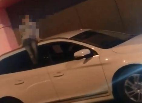 Отец катал маленького сына на крыше автомобиля