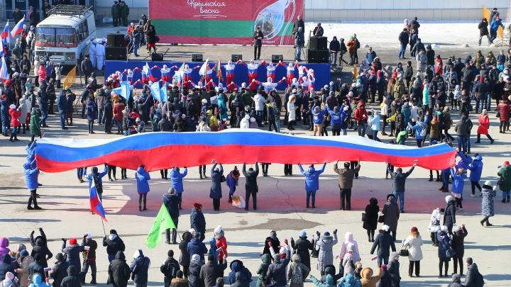 Семь тысяч омичей отпраздновали пятилетку присоединения Крыма на парковке «Континента»