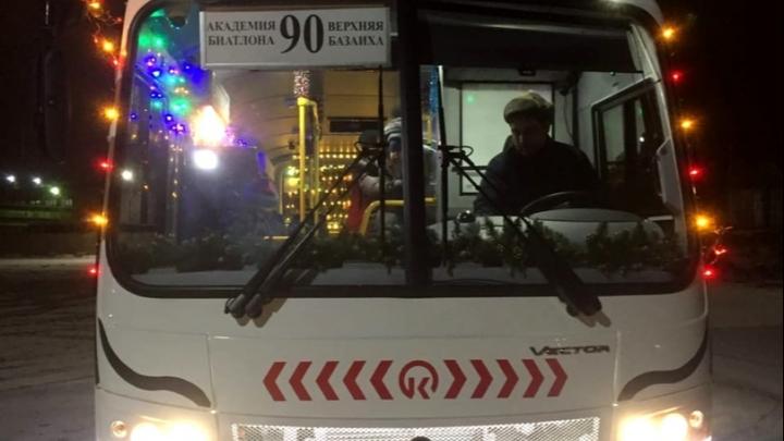 «Сани Деда Мороза, не иначе»: перевозчики начали украшать автобусы к Новому году