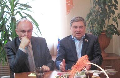 Александр Дубовицкий (на фото слева) и депутат областного Заксобрания от округа в Сузунском районе Евгений Покровский