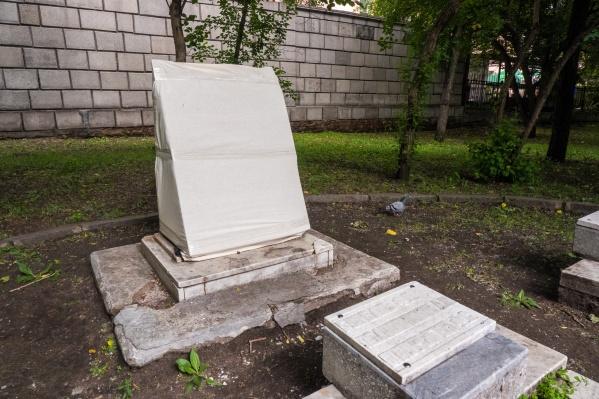 Разбитое надгробие обтянули полиэтиленом