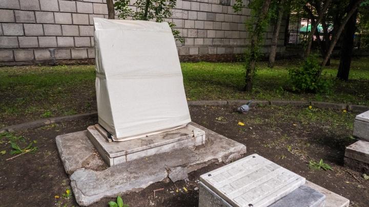 Вандалы разбили надгробие в сквере рядом с мэрией Новосибирска