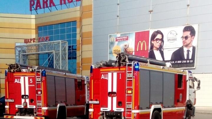 «Из-за ремонта сигнализации»: ТЦ «Парк Хаус» окружили 10 машин МЧС