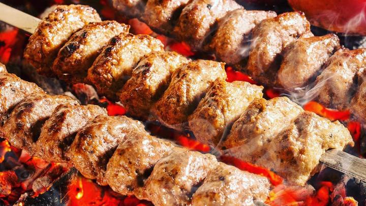 В популярной шашлычной на Владимировской начали готовить армянскую пиццу — ее можно взять бесплатно