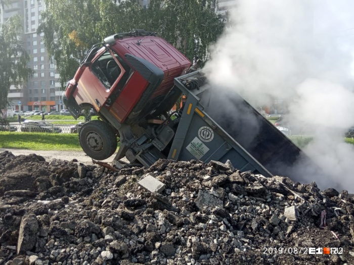 Автомобиль наполовину провалился под землю