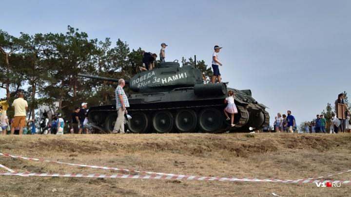 Взрывы, квесты и триколор: тысячи зрителей пришли на исторический фестиваль в Волгограде