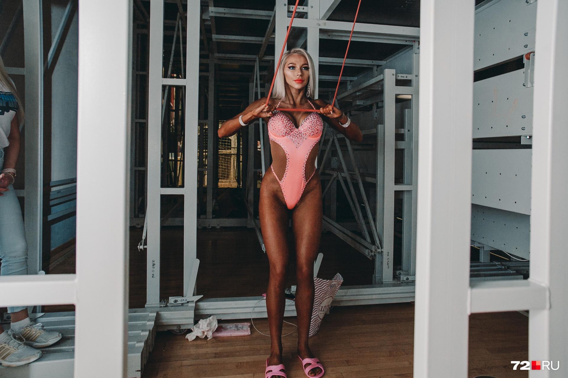 Вот еще одна девушка приводит свои формы в порядок с помощью гимнастических резинок