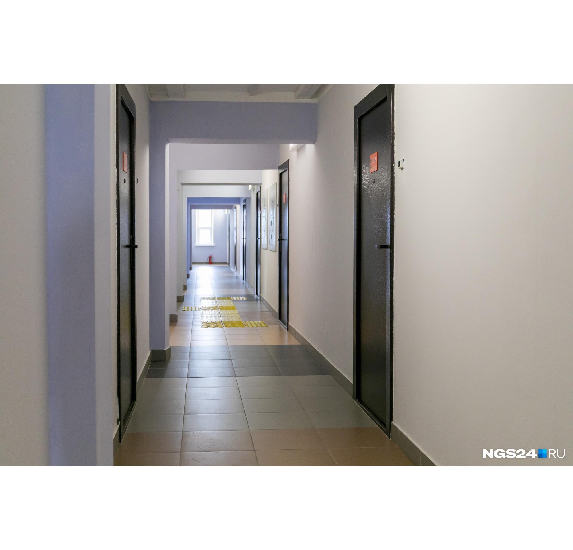В коридорах уложена тактильная плитка