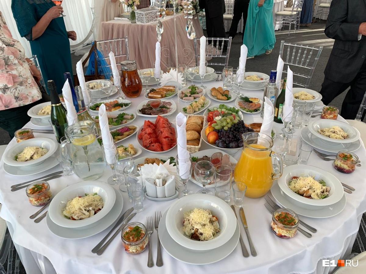 На свадьбе у нас было 44 человека (42 гостя и мы). За еду мы отдали 99 тысяч рублей