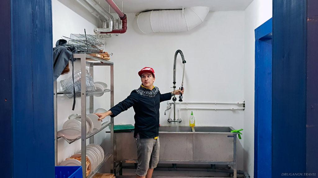 Такое оборудование стоит в подсобке отельной кухни. После завтраков, обедов и ужинов нужно было перемыть минимум 50 тарелок и кружек