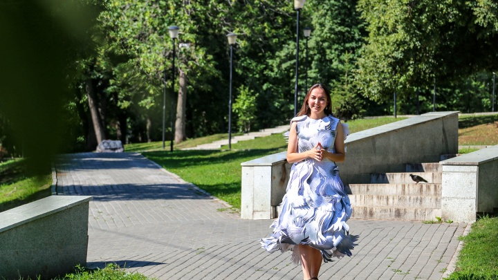 «Очень удобное, правда, садиться нельзя»: уфимка рассказала, как сшила платье на выпускной из бумаги