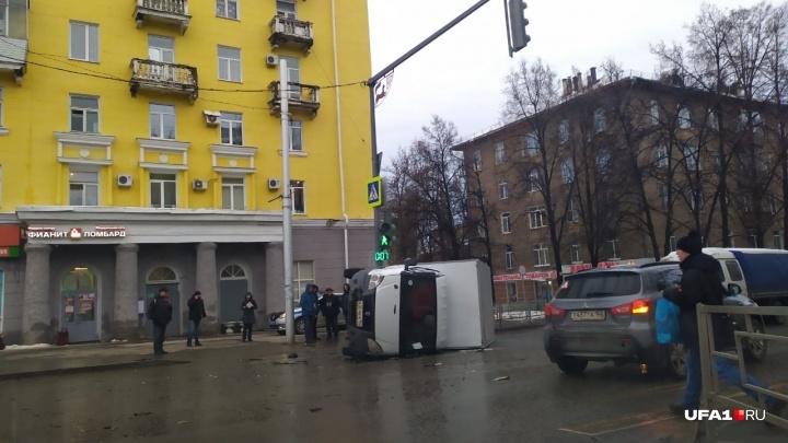 Грузовик завалился набок и упал прямо на пешеходов в Уфе, есть видео