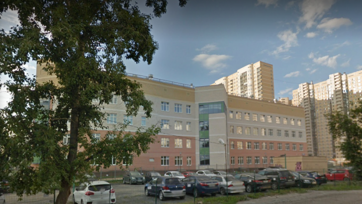 В Екатеринбурге из-за сообщения о бомбе из школы эвакуировали почти 400 человек