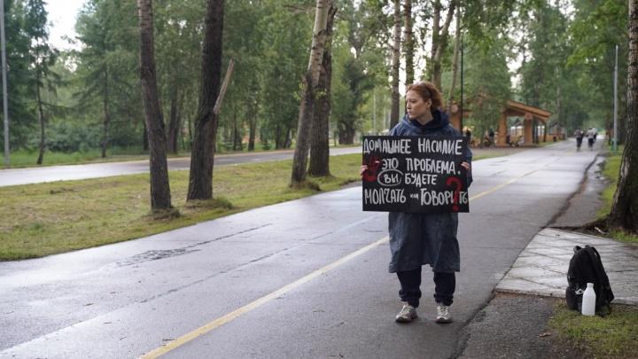 «Охранник вызвал полицию»: красноярка провела второй одиночный пикет в поддержку сестер Хачатурян