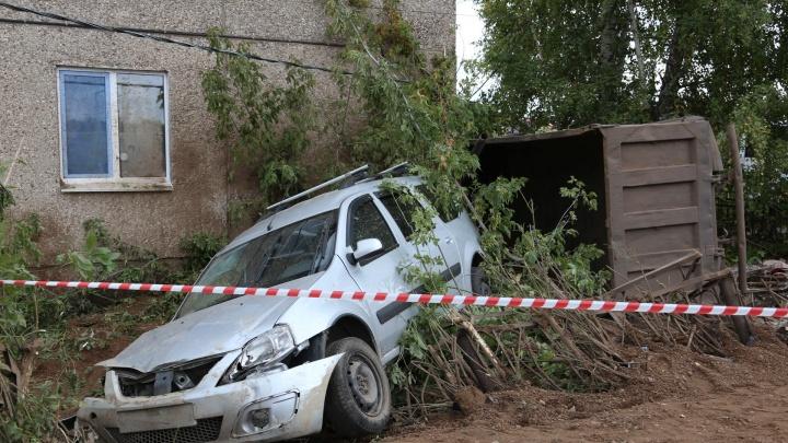 Смертельное ДТП под Уфой: грузовик сбил школьницу, врезался в легковушку и протаранил дом