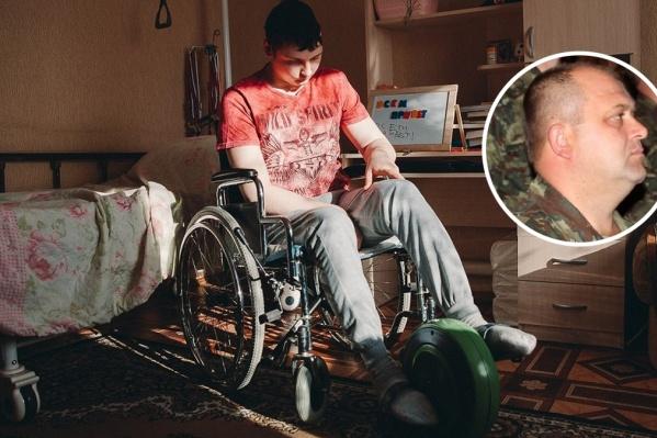 После травмы Влад Елфимов заново учился ходить и говорить. На фото справа— Геннадий Дудко,который на тот момент был временно исполняющим обязанности командира