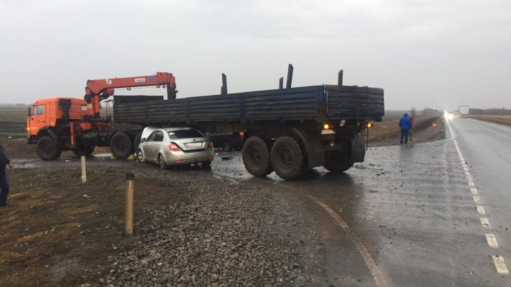В Самарской области легковушка залетела под КАМАЗ при обгоне
