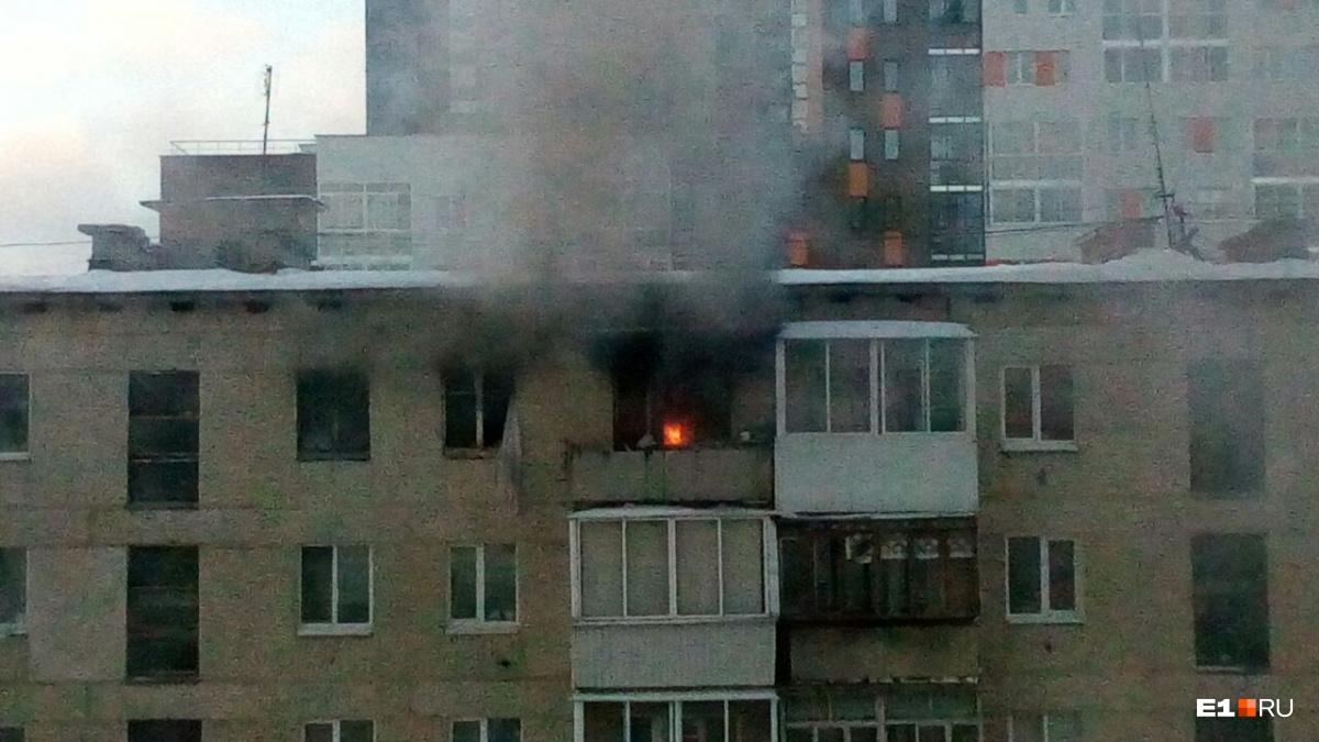 15 граждан Верхней Пышмы довелось эвакуировать из-за пожара впятиэтажке