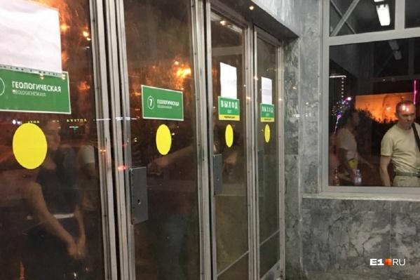Люди толпятся у закрытых дверей