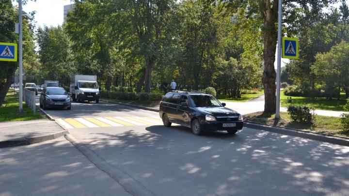 Пять километров ограждений: чиновники сделали пешеходные переходы у школ и садов