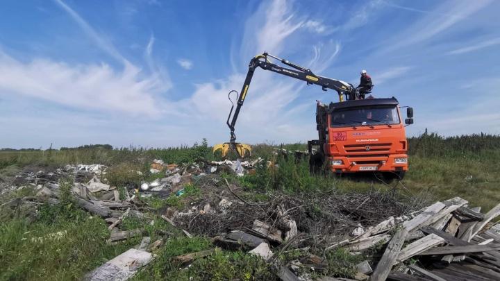 40 тонн мусора скопилось на стихийной свалке около аэропорта имени Мустая Карима