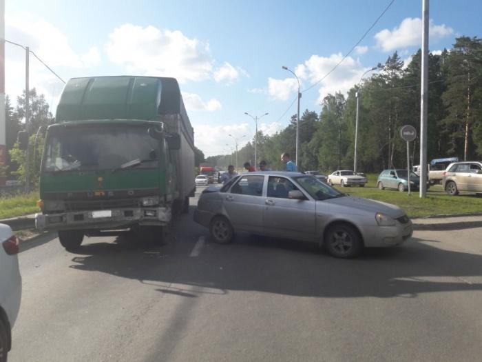 Столкнувшиеся грузовик и «Лада» перегородили Бердское шоссе