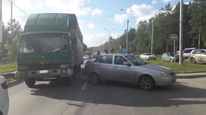 Авария «Лады» с грузовиком перекрыла Бердское шоссе