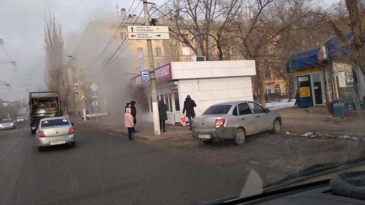 «Заливали вёдрами»: на севере Волгограда сгорел павильон с колбасой